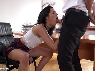 Brunette Anainda demonstrates the brush blowjob skills to the brush boss
