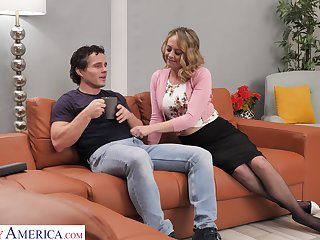 Sexy housewife Elle McRae takes a catch lead and seduce man for random fuck