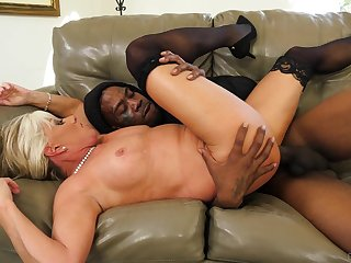 Mature goes black in dirty hardcore home XXX