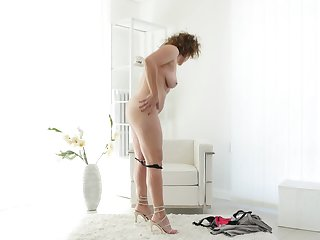 Homemade video of mature Nicol pleasuring will not hear of pussy not susceptible a vis-